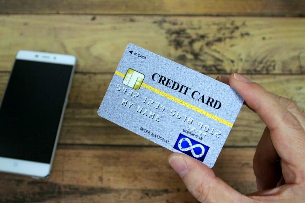 クレジットカードは複数枚必ず携帯を